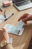 Oříznutý pohled na design kreativního mobilního uživatele u stolu