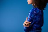abgeschnittene Ansicht von stilvollen afrikanisch-amerikanischen Frau in Kleid isoliert auf blau