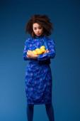 vonzó afro-amerikai nő gazdaság citrom elszigetelt kék