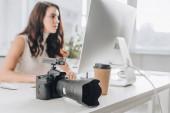 szelektív fókusz a digitális fényképezőgép közelében vonzó művészeti szerkesztő stúdióban