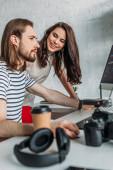 Fotografie Selektiver Fokus glücklicher Kunstredakteure auf Mitarbeiter