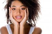 veselá hezká africká americká dívka se zubními rovnátky, izolované na bílém