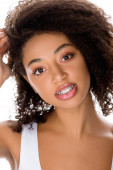 mosolygós afro-amerikai lány fogszabályzóval néz kamera, elszigetelt fehér