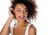 veselá africká americká dívka se zubními rovnátky, izolovaná na bílém