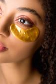 oříznutý pohled na atraktivní africkou americkou dívku se zlatými páskami přes oko