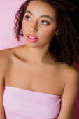 portré vonzó afro-amerikai lány, elszigetelt rózsaszín
