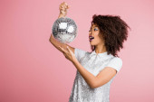 izgatott afro-amerikai lány paillettes ruha kezében disco labda, elszigetelt rózsaszín
