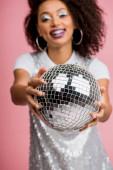 szelektív fókusz boldog afro-amerikai lány paillette ruha gazdaság disco labda, elszigetelt rózsaszín