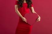 kivágott kilátás szexi, elegáns lány gazdaság papír szív elszigetelt piros