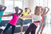 Többnemzetiségű zumba táncosok a táncstúdióban
