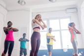 Alacsony látószögű kilátás multikulturális táncosok gyakorló zumba együtt tánc stúdió