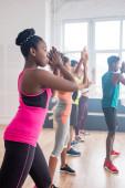 Szelektív fókusz a multietnikus táncosok végző zumba afro-amerikai tréner stúdióban