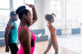 Szelektív fókusz afro-amerikai táncosok gyakorló zumba edző tánc stúdió
