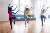 A táncstúdióban zumbát gyakorló multikulturális táncosok visszapillantása