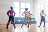 Visszapillantás többnemzetiségű zumba táncosok képzésére együtt a táncstúdióban