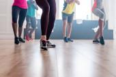 A táncstúdióban zumba mozgást gyakorló multikulturális táncosok kivágott nézete