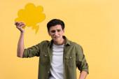 stresovaný muž držící cloudovou bublinu, izolovaný na žluté