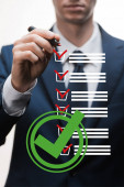 selektivní zaměření obchodníka ve formálním opotřebení fixační pero v blízkosti kontrolního seznamu na bílé, koncept kvality