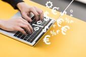 vágott kilátás hacker segítségével laptop közelében pénz jelek