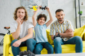 Kijev, Ukrajna - január 28, 2020: jóképű homoszexuális pár videojáték izgatott vegyes faj fia
