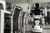 a modern iroda konferenciatermében álló humanoid robot szelektív fókusza