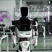 humanoid robot áll konferenciateremben a modern iroda