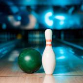 selektivní zaměření bowlingové koule a kuželky na kuželky v bowlingovém klubu
