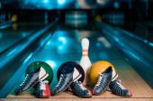 selektivní zaměření bowlingových obuvi, míčků a kuželek na kuželkách v bowlingovém klubu