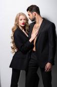 attraktive junge Frau umarmt gutaussehenden Mann auf weiß