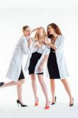 sexy zdravotní sestry zkoumání mladé ženy pocit nevolnosti na bílém