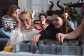 Kijev, Ukrajna - január 27, 2020: szelektív fókusz boldog lányok tündér jelmezek labirintus társasjáték közeli barátok