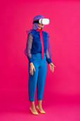 atraktivní pop art dívka v modré módní halence pomocí virtuální realita sluchátka, na růžové