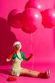 Fotografie überrascht Pop-Art-Mädchen in weißer Perücke mit Luftballons sprechen auf Vintage-Telefon, auf rosa
