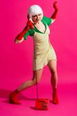 sokkolt pop art nő fehér paróka beszél retro telefon, rózsaszín