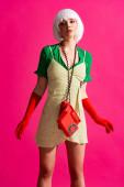pop art lány fehér paróka vintage telefon, elszigetelt rózsaszín