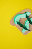 top view papír avokádó szendvics izolált sárga