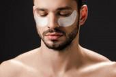 vousatý nahý muž s páskou přes oko na tváři izolované na šedé