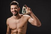 sexy pozitivní nahota muž drží láhev kolínské izolované na černé