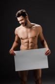 Fotografie sexy nackten lächelnden Mann hält leeres Brett isoliert auf schwarz