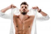sexy svalnatý macho v bílé košili izolované na bílém