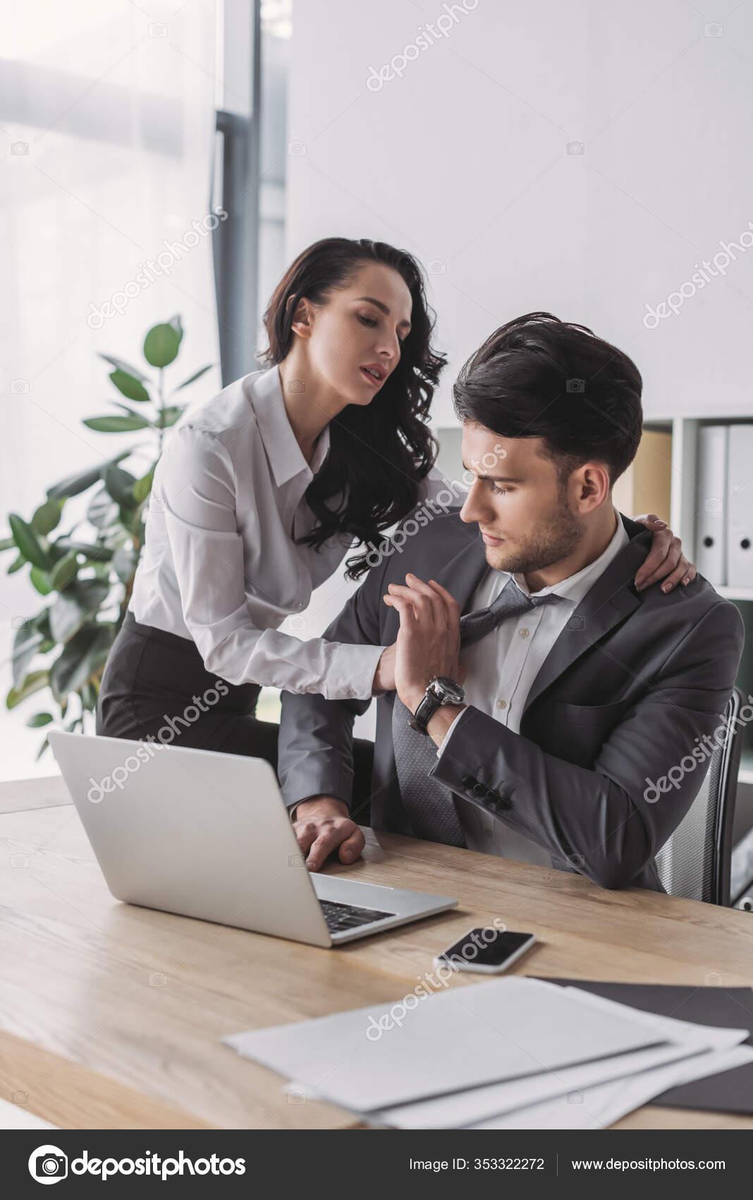 Sexy Sekretärin Umarmt Hübschen Chef Während Sie Ihn Büro