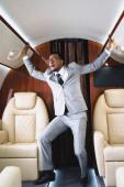 Fényképek rémült afro-amerikai üzletember áll, és miután pánikroham repülés közben magángépen