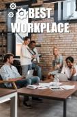 mladí multikulturní podnikatelé s gadgets s brainstorming v úřadu, nejlepší ilustrace na pracovišti