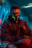 szelektív fókusz fegyveres vegyes fajú cyberpunk játékos védő maszk