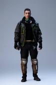 Fotografie schöner bi-rassischer Cyberpunk-Spieler, der auf grau steht