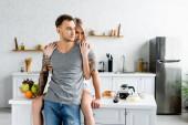 Photo Beautiful woman embracing tattooed boyfriend near breakfast on kitchen table