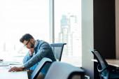 Selektivní zaměření koncentrovaného pracovníka IT u stolu v pracovním prostoru