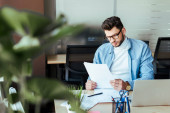Selektivní zaměření koncentrovaného pracovníka IT na práci u stolu v pracovním prostoru