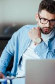 Selektivní zaměření koncentrovaného pracovníka IT v brýlích