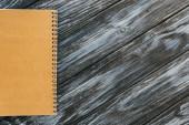 horní pohled na notebook na tmavém dřevěném povrchu s kopírovacím prostorem